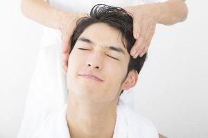 男性セラピストのヘッドマッサージ